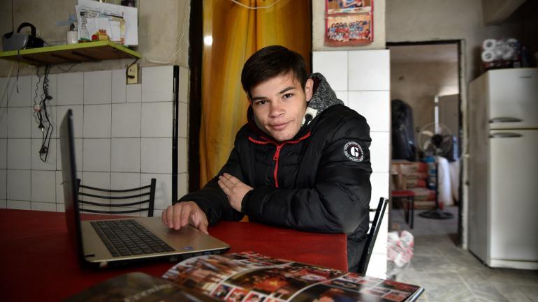 """Con la """"compu"""". Leandro quiere seguir estudiando en el exterior, tras esta experiencia. (Pedro Castillo)"""