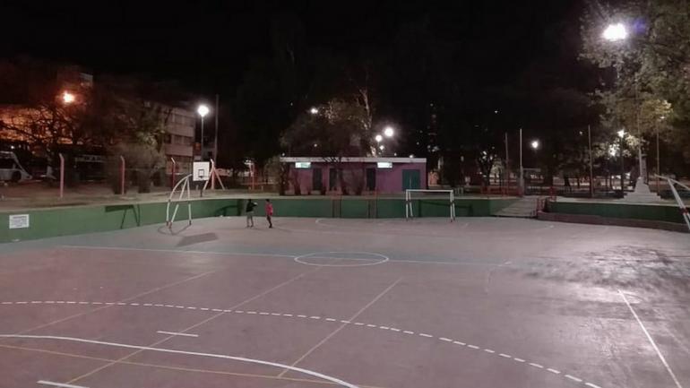 LUCES. En muchos sectores el alumbrado está dado por lámparas de vapor de sodio. (Municipalidad de Córdoba)