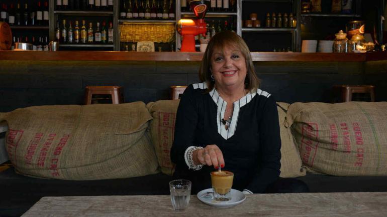 Su lugar en la ciudad. Un café en la Recta Martinoli es el espacio que eligió Liliana González. El café, confiesa, es para ella la libertad. (Nicolás Bravo)