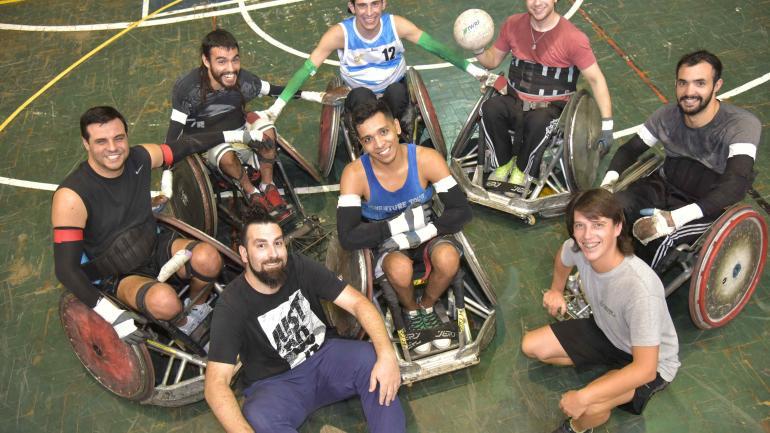 Entrenador y equipo. Pablo Senna (adelante, de barba) es el entrenador de Los Dogos. Hoy tiene a siete jugadores en actividad. (Javier Ferreyra / La Voz)