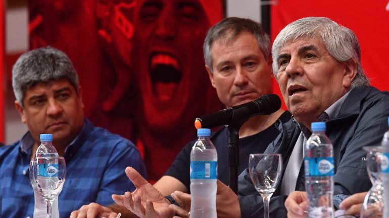 El presidente de Independiente, Hugo Moyano (der.), junto a su hijo Pablo Moyano (izq.) y el entrenador del club Ariel Holand, durante una conferencia de prensa el 08/05/2018 en Buenos Aires. (DPA / Archivo)