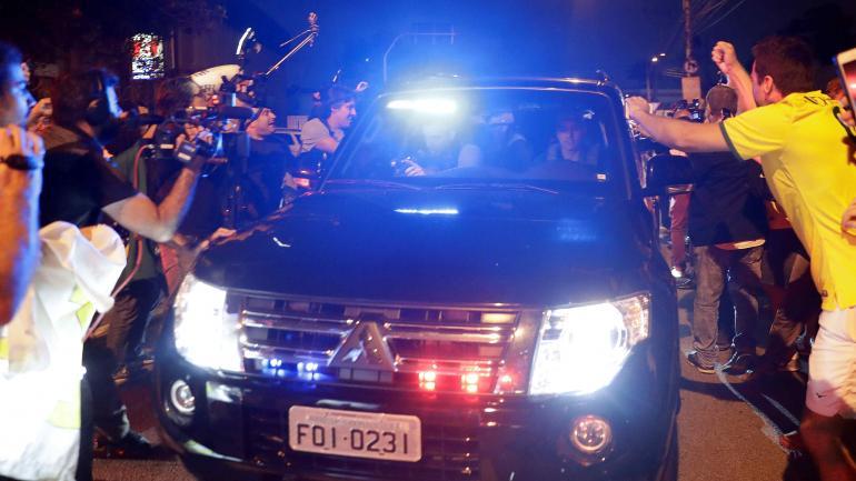 Los manifestantes protestan frente a la sede de la policía federal en Sao Paulo, cuando llega un convoy que trae al expresidente brasileño Luiz Inácio Lula da Silva. (AP Photo / Andre Penner)