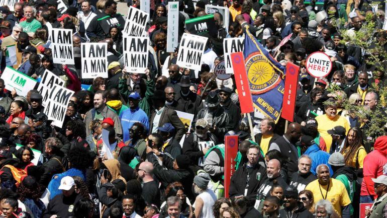 Manifestantes marchan en conmemoración del asesinato de Luther King. (AP)