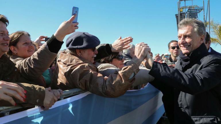 Mauricio Macri visitando el complejo turístico Parque Termal Dolores, en el marco de los actos celebratorios por el 201° aniversario de la fundación de esta ciudad bonaerense (Presidencia de la Nación).