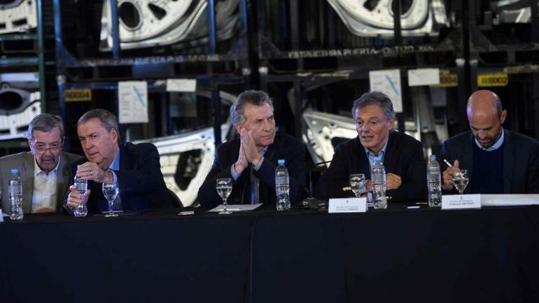 EN FAMMA. El ministro Avalle y el gobernador Juan Schiaretti, a la izquierda del presidente Macri y sus ministros Cabrera y Dietrich (La Voz/Pedro Castillo).