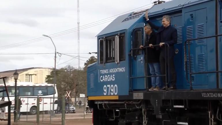 MACRI. Junto al gobernador de Chaco, Domingo Peppo, al arribar a Charata en el tren (Captura de Youtube)