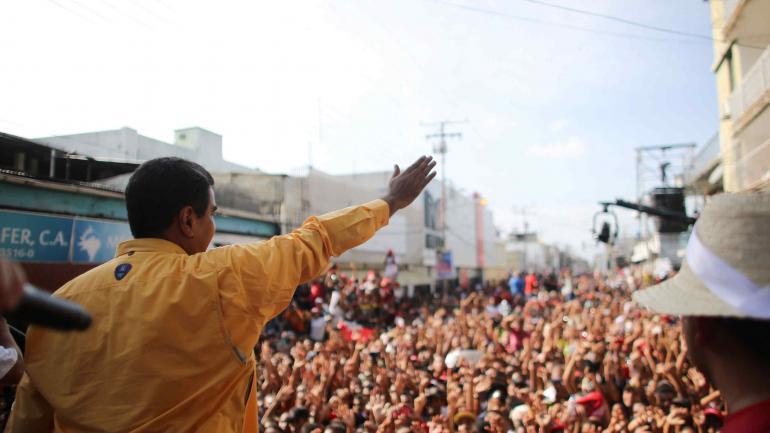 El presidente de Venezuela, Nicolás Maduro (C), saluda a sus seguidores en un acto electoral el 10/05/2018 en Guarico, Venezuela. (DPA)