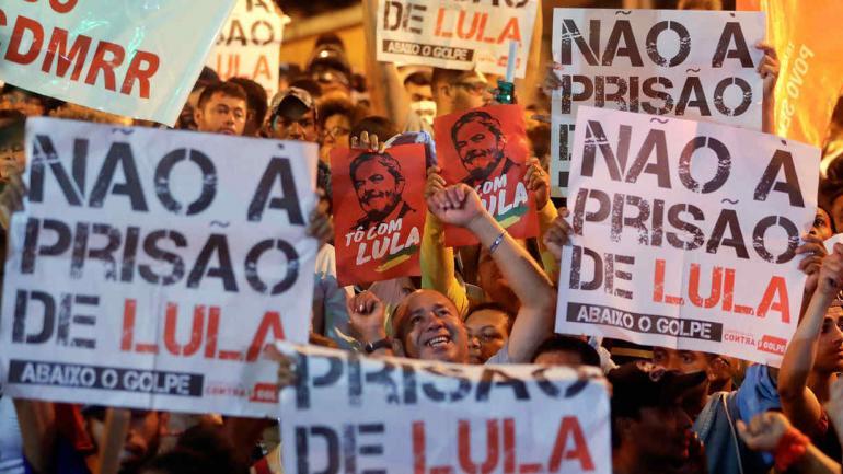 Manifestantes marcharon para brindar su apoyo al exjefe de Estado. (AP)
