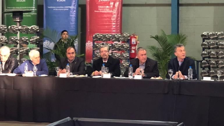 ACOMPAÑAMIENTO. En la sede de la empresa Sohipren, el gobernador Schiaretti participó con Macri de la reunión con los industriales. (GOBIERNO DE CÓRDOBA)