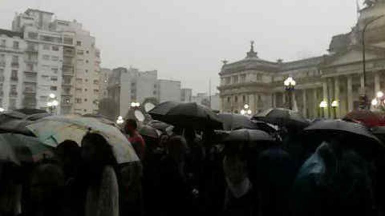MARCHA. Bajo la lluvia (Fotografía Twitter: @fioremario).