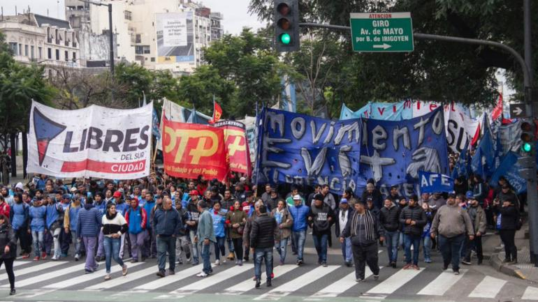 Las organizaciones sociales marcharon hacia Plaza de Mayo. (Gentileza @MovEvitaMerceds)