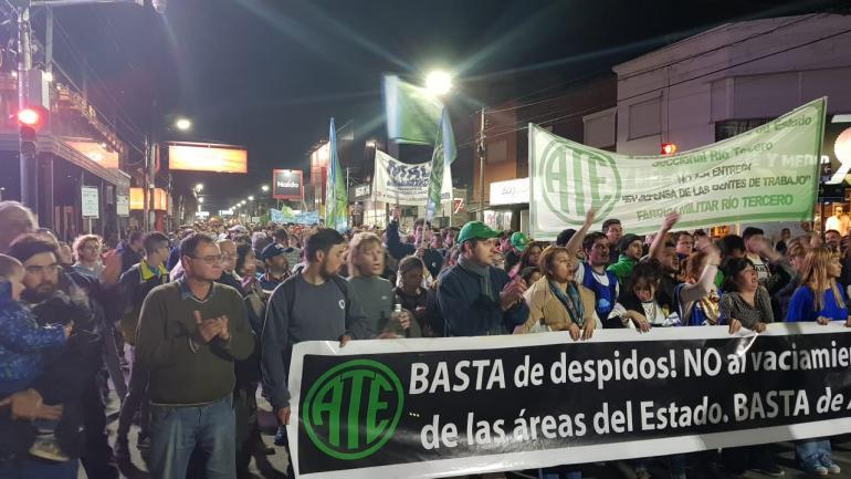 Río Tercero. La movilización en protesta por los despidos, en la noche del viernes. (La Voz)