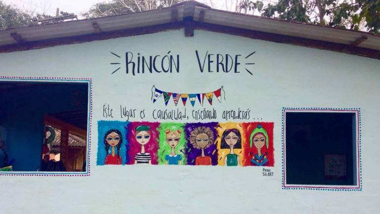 Mural en una escuela. Durante sus viajes, Pamela contagia su manera de ver el mundo, a través del arte.