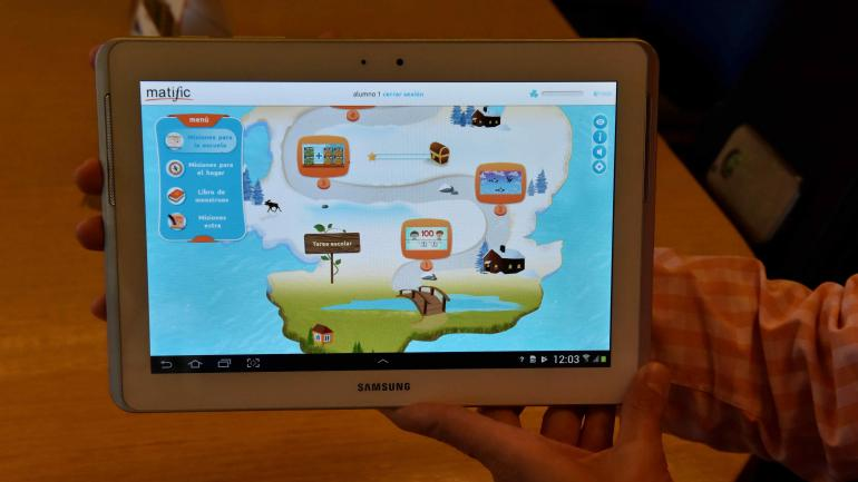 Matemáticas en una tablet. El aprendizaje del niño es 100 por ciento tecnológico y no se utilizan otros soportes. (Raimudno Viñuelas)