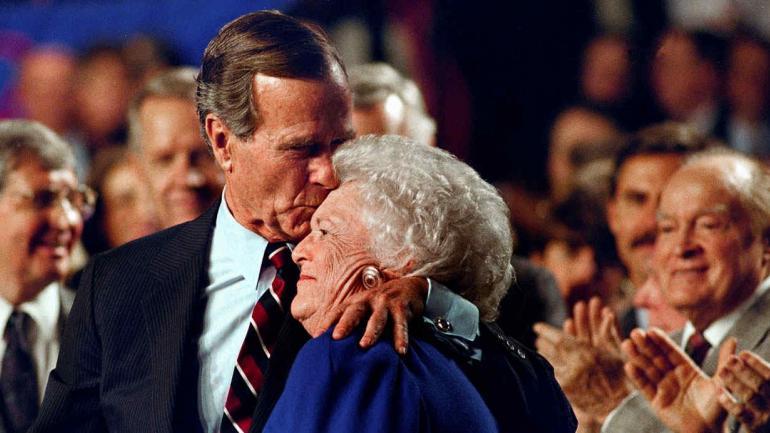 H. W. Bush besa a su esposa Barbara. (Archivo / AP)