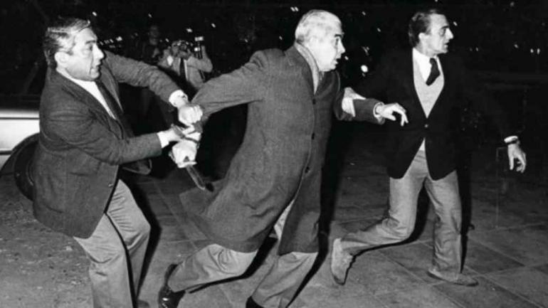 Símbolo. Menéndez intenta atacar con un cuchillo a los manifestantes que lo insultaron cuando salía de los estudios de Canal 13, en Buenos Aires, en 1984. (DYN / Archivo)