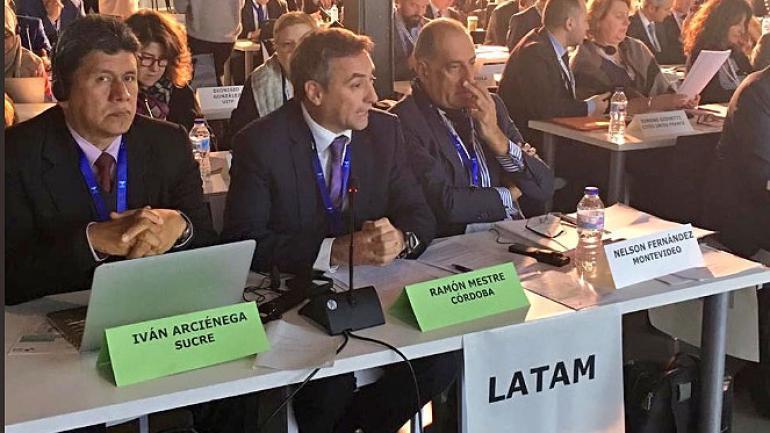 Mestre, con las y los alcaldes de Barcelona, Ada Colau; de Quito, Mauricio Rodas; y de Sucre, Iván Arcienaga, en España (@ramonjmestre)