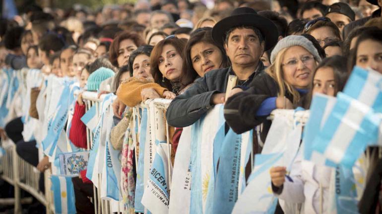 Público aguardando el paso de las fuerzas en el desfile cívico militar de 2010, año del bicentenario (La Voz/Archivo)