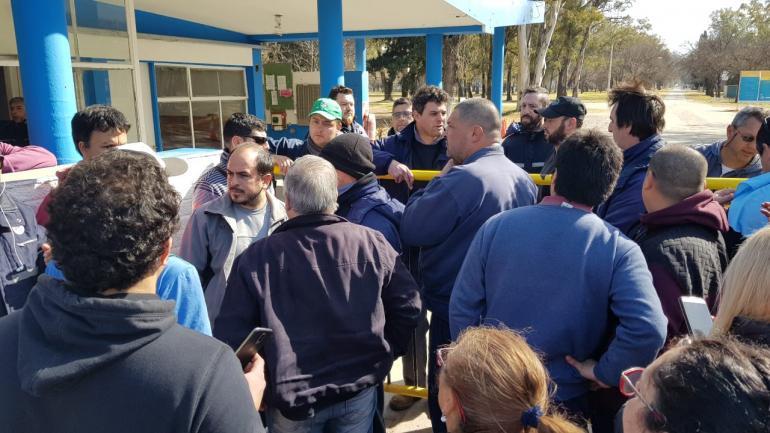 Tensión en el acceso a la Fábrica Militar Río Tercero, este viernes. (La Voz)