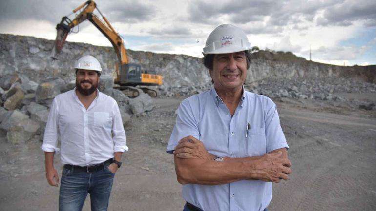 Tras los pasos. Con Hernán, su hijo, responsable de las políticas de sustentabilidad de la cantera.