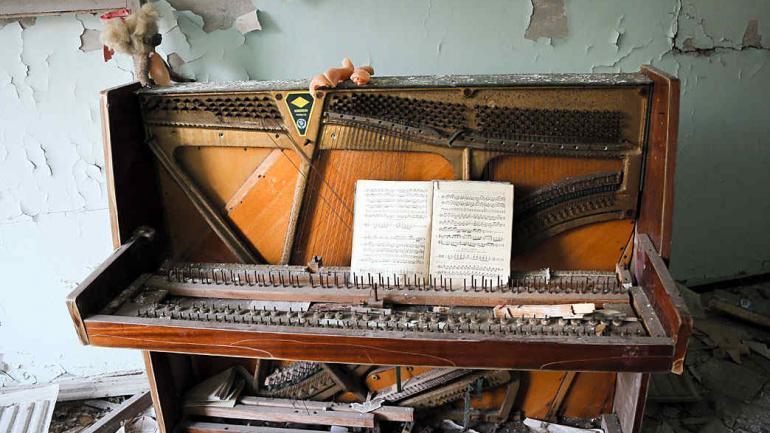 Un piano decrépito se encuentra, aún, en una escuela en la desierta ciudad de Pripyat. (Foto de AP / Efrem Lukatsky)