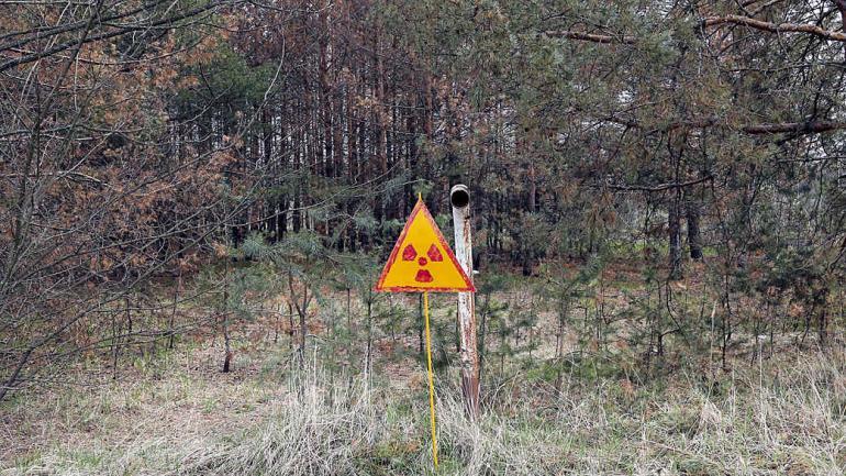 Un cartel de radiactividad, fuera de Chernobyl, anuncia que el lugar está contaminado. (Foto de AP / Efrem Lukatsky)