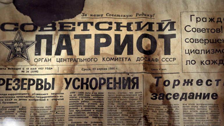 Una edición del periódico Sovetsky Patriot, fechada tres días antes de la explosión nuclear, pegada en una pared en la casa de cultura en la ciudad desierta de Pripyat. (Foto de AP / Efrem Lukatsky