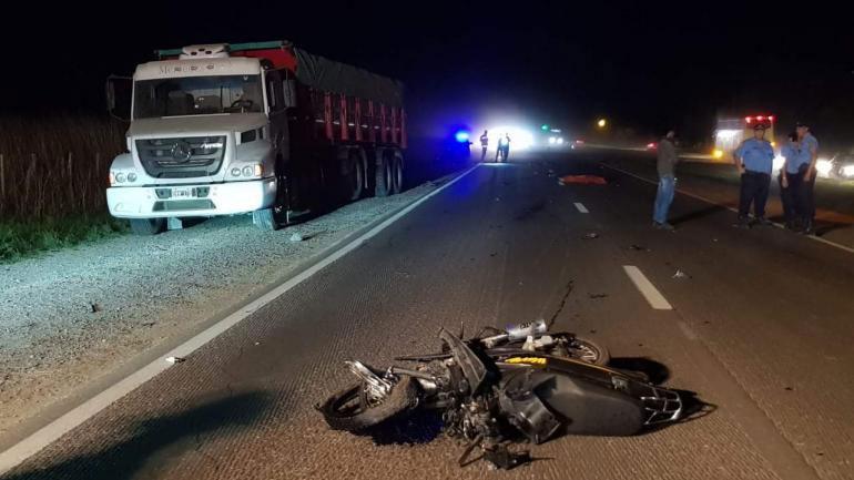 Impacto. El motociclista perdió la vida tras chocar con un Peugeot 308 en la ruta 19. (Gentileza FM Okay Arroyito)