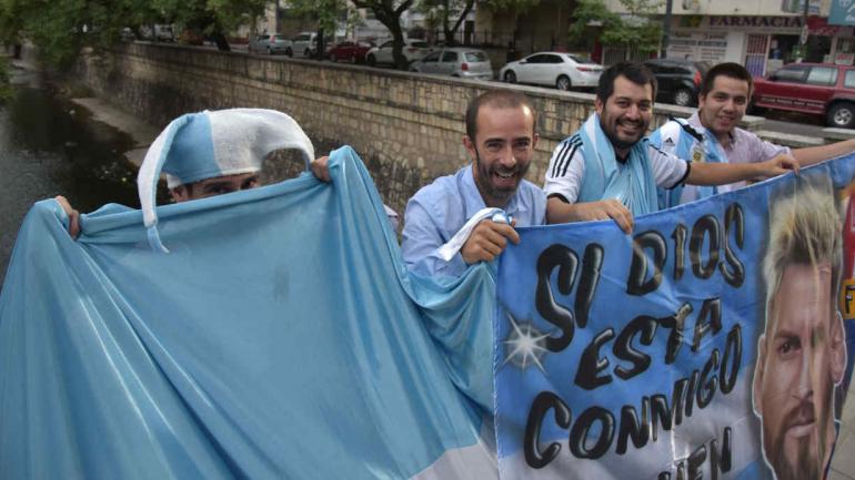 Con los trapos. Los hinchas de Whatsapp sacaron a relucir su bandera más preciada frente a La Cañada, con Lionel Messi como estandarte.
