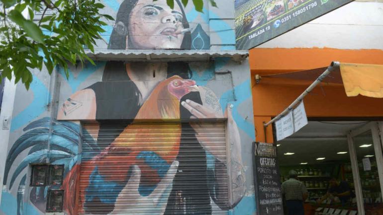 En calle La Tablada 17, un mural alude a una mujer de la zona del Mercado Norte con un gallo.