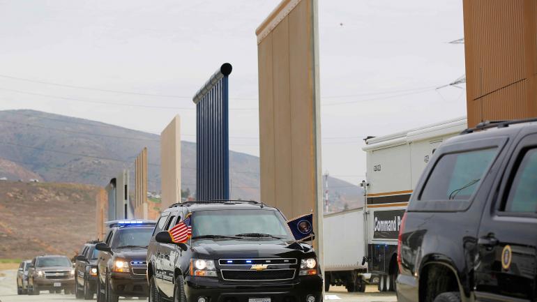 La caravana de vehículos que custodia el traslado del presidente de Estados Unidos, Donald Trump, se retira el 13/03/2018 de la zona fronteriza en San Diego, EEUU, luego de la inspección a los prototipos del muro que el mandatario quiere construir en la frontera con México. (DPA)