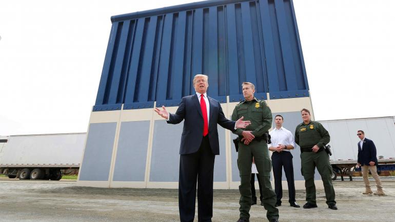 El presidente de Estados Unidos, Donald Trump, inspecciona los prototipos del muro que quiere construir en la frontera con México (DPA)