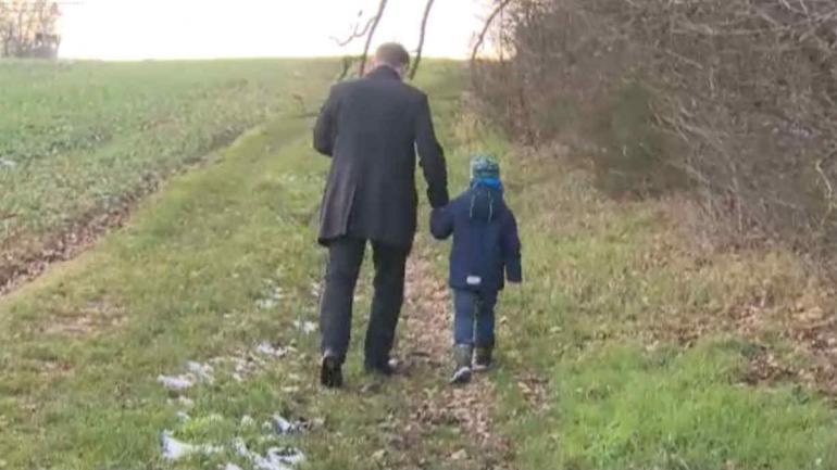 Andreas Graf junto a su pequeño hijo Julius (Captura de video RTL)