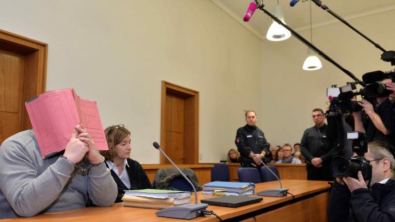 Niels Höegel. El acusado se tapó la cara en el juicio (AP).