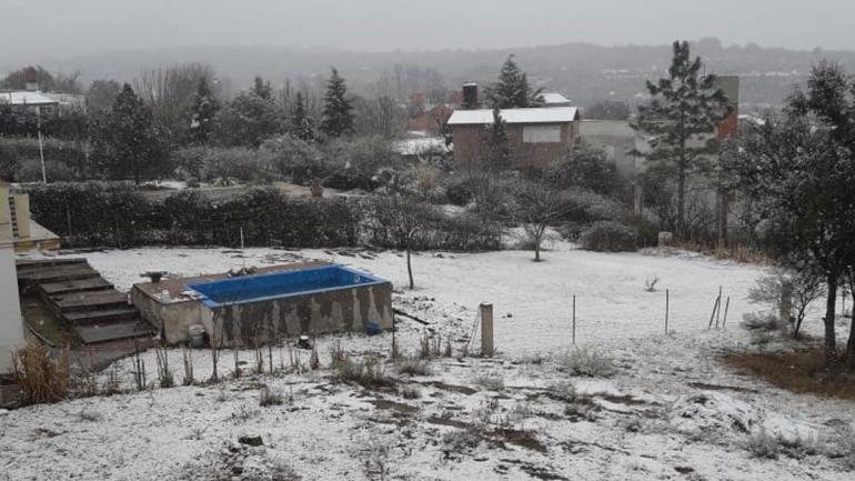En Río Ceballos, como en buena parte de las Sierras Chicas, no nevaba desde hacía una década en zonas urbanas. (La Voz)