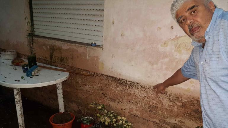 VILLA GUTIÉRREZ. El intendente muestra hasta dónde llegó el agua en una de las viviendas (Foto: @leoguevara80).