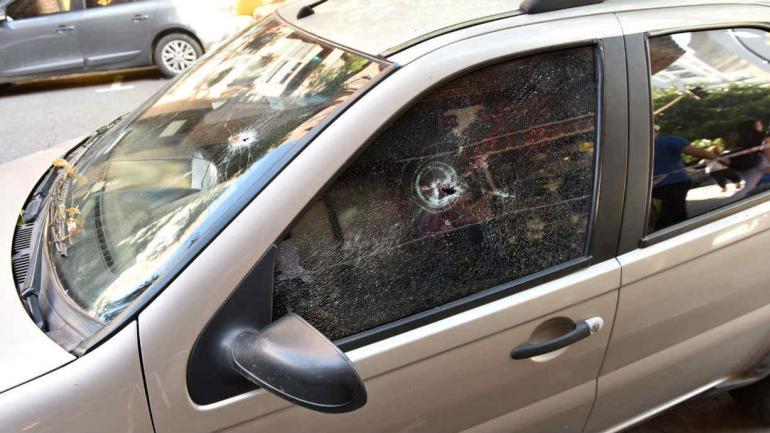 Auto baleado, en medio del tiroteo entre policías y ladrones en Nueva Córdoba (La Voz).