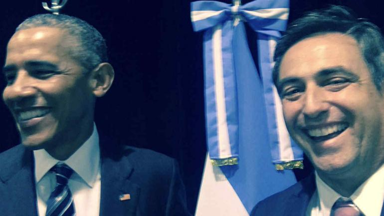 Y Ramón Mestre también apeló a un celular para registrar su momento con Obama.