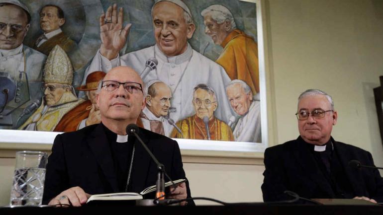 CHILE. Los obispos Luis Fernando Ramos Perez (izquierda) y Juan Ignacio Gonzalez dieron una conferencia de prensa (AP).