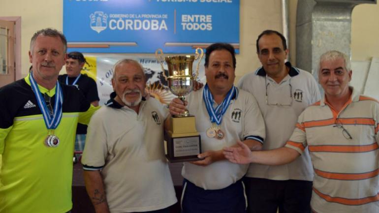 OLIMPÍADAS. Veteranos con sus premios durante el evento de 2016. (Archivo/La Voz)