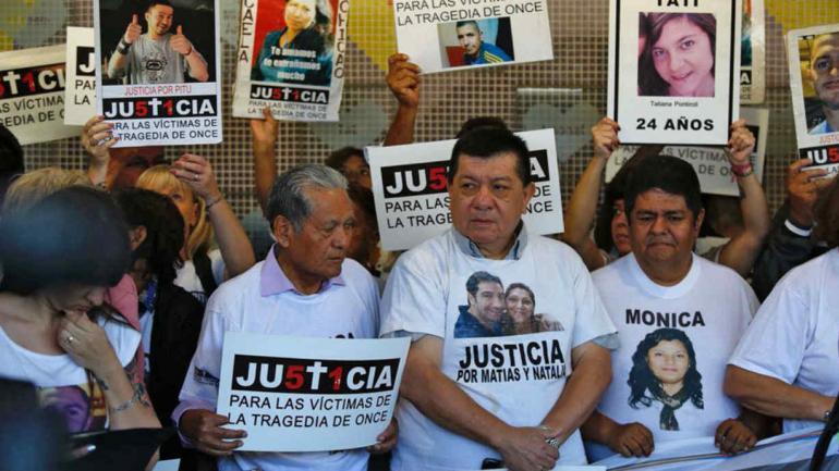 Familiares y amigos de las víctimas de la tragedia de Once (La Nación).