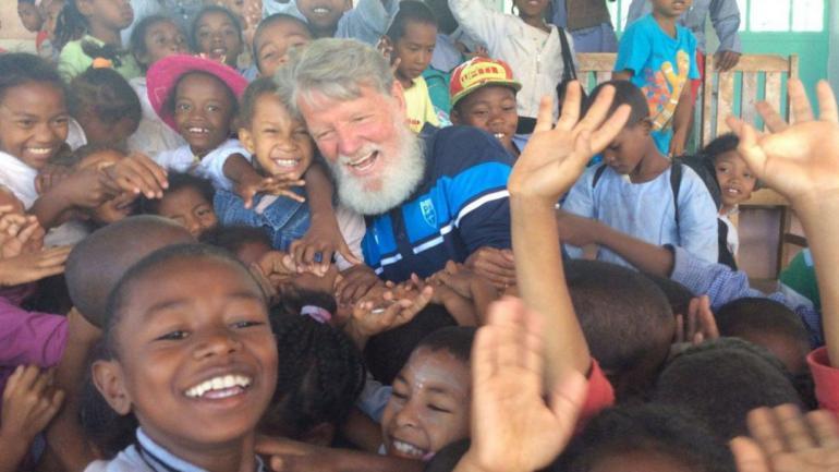 """Pedro Opeka, """"el albañil de Dios"""" con parte de los niños de la comunidad de Akamasoa. (Madagascar-foundation.org)"""