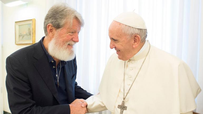 Pedro Opeka junto al papa Francisco. (Father Pedro Opeka- Facebook)