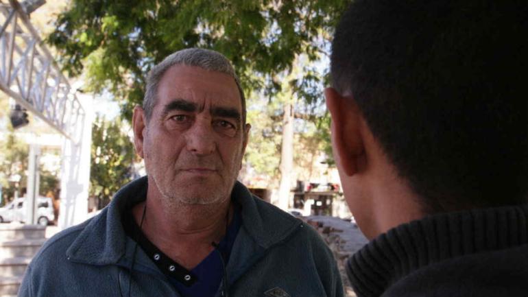 Héctor, el padre del adolescente que tuvo el romance con la maestra, junto a su hijo (Clarín).
