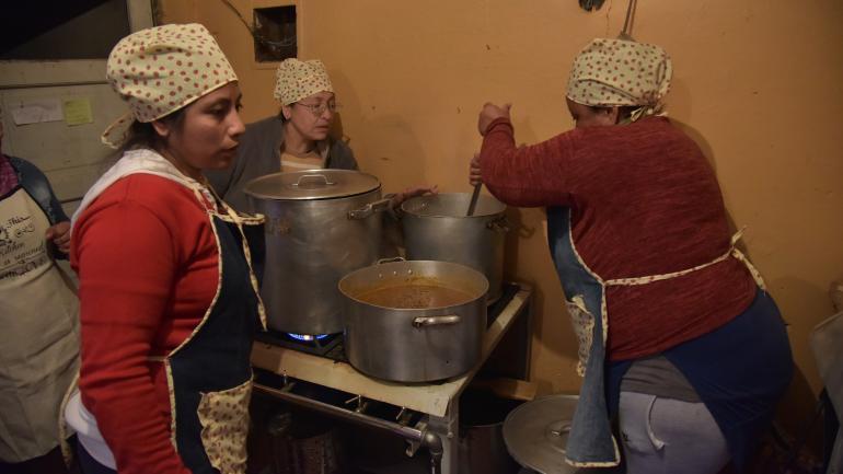 Ayuda, Cocineras voluntarias de un comedor comunitario popular de Ampliación Yapeyú. (Facundo Luque)