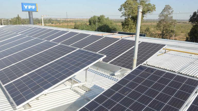 """ESTACIÓN """"SOLAR"""". Así luce el techo de la primera estación de servicio con energía solar de Córdoba (LA VOZ)"""