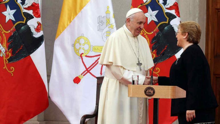 ENCUENTRO. El Papa se reunió con Bachelet en La Casa de la Moneda (AP).