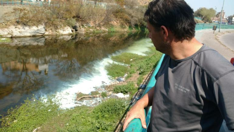 Río Suquía, contaminado con pintura (La Voz).