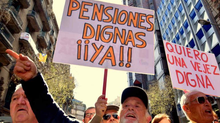 """MARCHA . Se escucharon lemas como """"Sí se puede"""", """"Ni la lluvia ni el viento paran el movimiento"""" o """"Más pensiones y menos ladrones"""". (DPA)"""