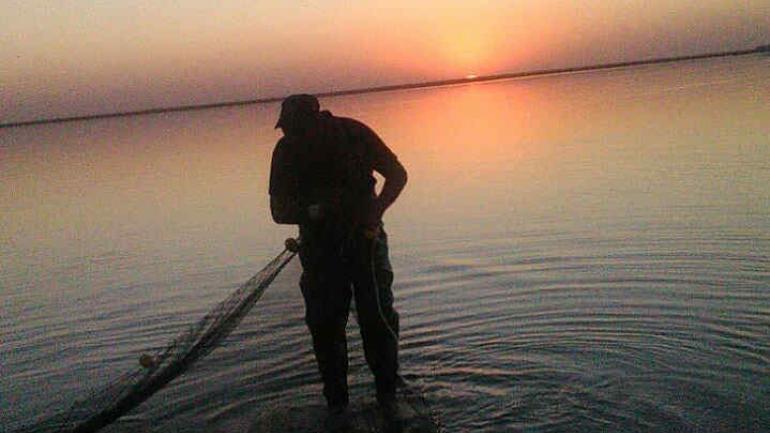 Al atardecer. Los pescadores se preparan para aprovechar la laguna.